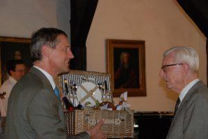 Übergabe eines Geschenkkorbes an Freiherr von Wangenheim