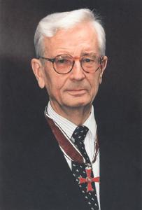 Porträtfoto Adolf Freiherr von Wangenheim mit dem Gr. Verdienstkreuz des Niedersächsischen Verdienstordens